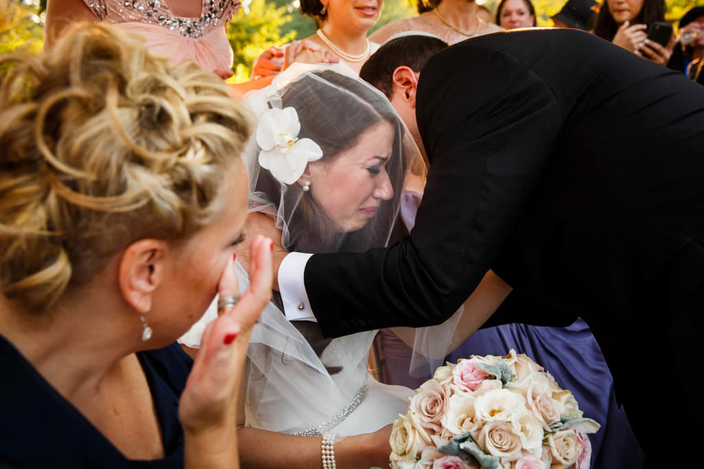 Bride and groom greet each other during the bedeken.